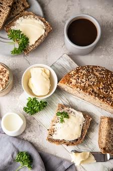 Śniadanie z kawałkami masła chlebowego i pasztetem z wątróbki