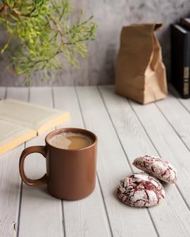 Śniadanie z kubkiem kawy i ciasteczkami z czerwonego aksamitu