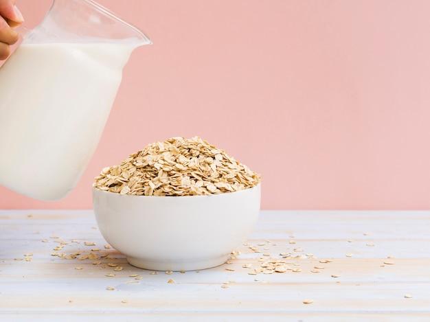 Śniadanie z miską owsianą i mlekiem