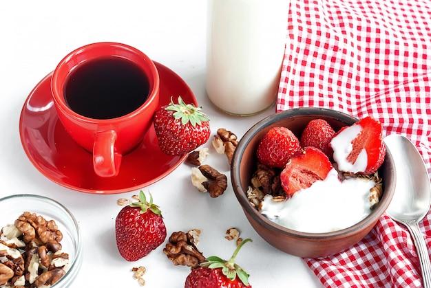 Śniadanie z muesli, jagodami i filiżanką kawy