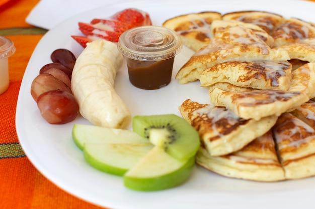 Śniadanie z naleśnikami i owocami