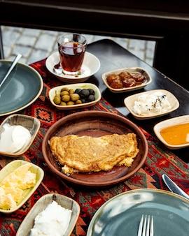 Śniadanie z omletem i masłem z serem