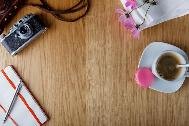 Śniadanie z otwartym dziennikiem, tło z miejscem na napis
