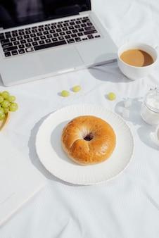 Śniadanie z pieczywem kawowym i owocami