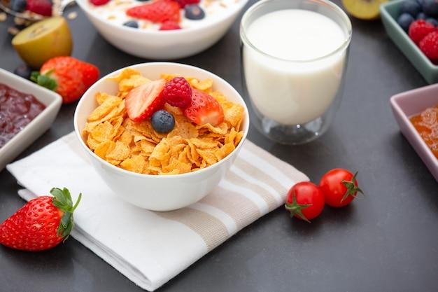Śniadanie z płatkami kukurydzianymi zmieszanymi z pełnymi ziarnami i grupą owoców