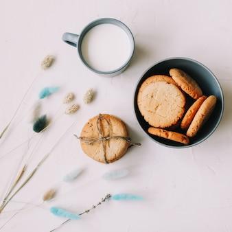 Śniadanie z ręcznie robionymi ciasteczkami owsianymi i szklanką mleka