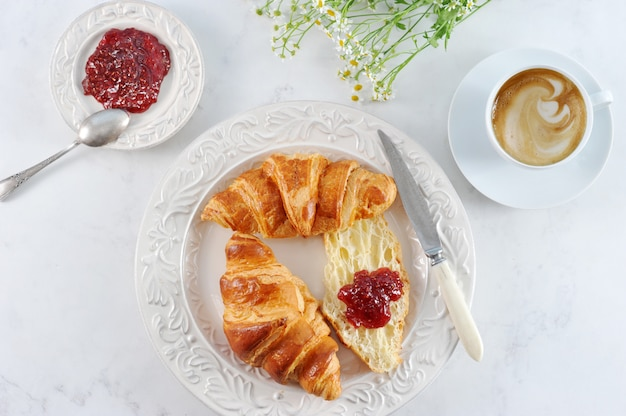 Śniadanie z rogalikami, dżemem malinowym i kawą