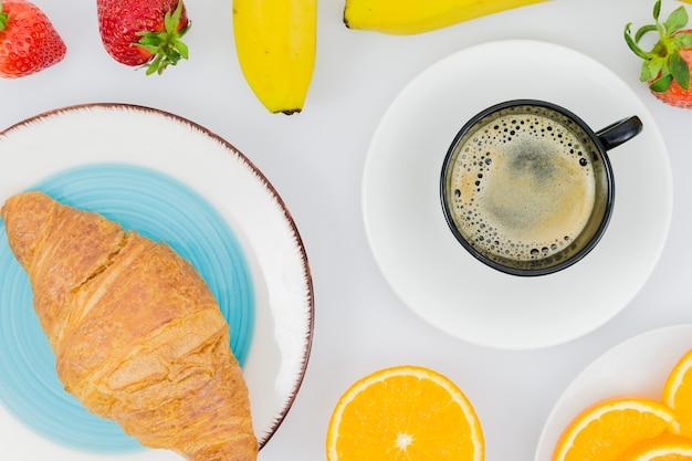 Śniadanie z rogalikami i owocami
