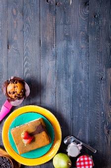 Śniadanie z różnymi wypiekami i owocami na drewnianym