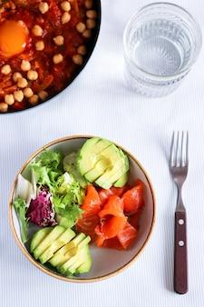 Śniadanie z sałatą i awokado. zdrowe śniadanie z czerwoną rybą i awokado