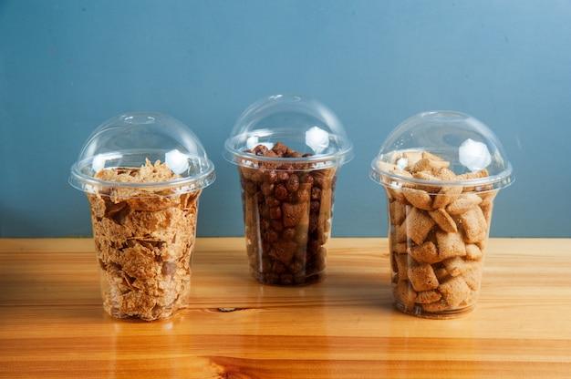 Śniadanie zbożowe w przezroczystych pudełkach w kawiarni lub restauracji