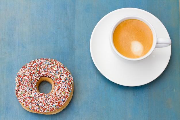 Śniadanie ze świeżą kawą i jednym pączkiem