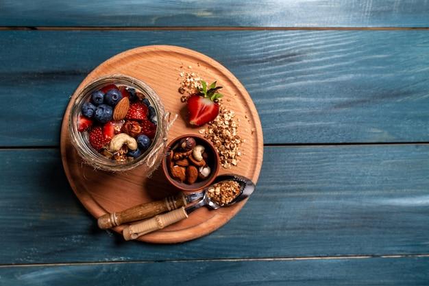 Śniadanie ze świeżego jogurtu naturalnego z domową granolą i jagodami truskawkami