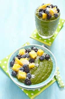 Śniadanie zielona miska na koktajl z owocami