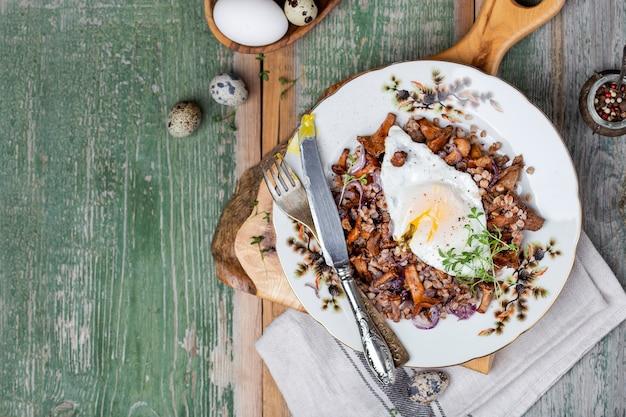 Śniadaniowa kasza gryczana z kurkami z grzybów leśnych i jajkiem