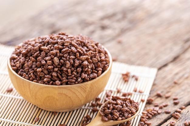Śniadaniowy zboże, chuchający ryż z kakao w pucharze na drewnianym stole