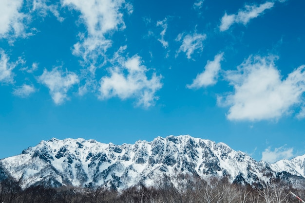 Śnieg góra i błękitne niebo
