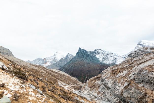 Śnieg górskie pochmurne niebo
