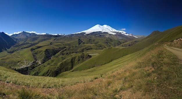 Śnieg na dwóch szczytach elbrusu. kaukaz północny w rosji.