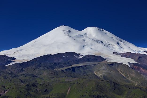 Śnieg na dwóch szczytach elbrusu