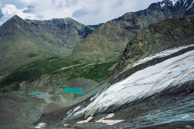Śnieg na gigantycznych grzbietach górskich