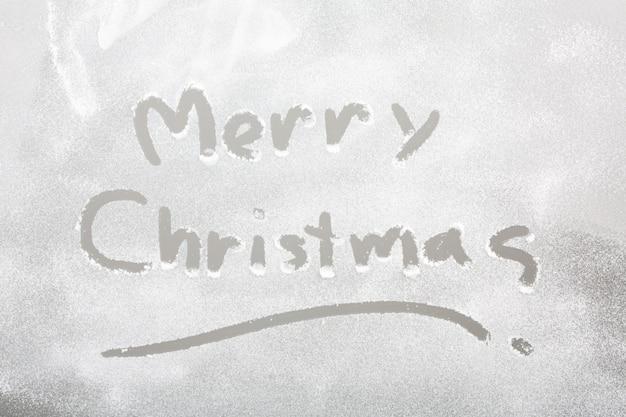 Śnieg na mrożone okno z napisem