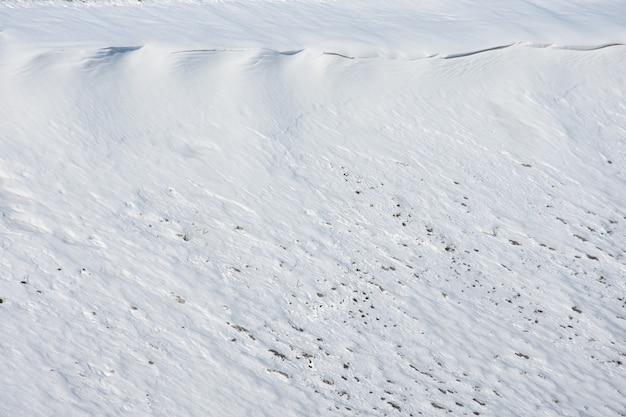 Śnieg na zboczu wzgórza, formacja lawiny nie opadła