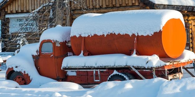 Śnieg pokryte cysterny fort nelson, kolumbia brytyjska, kanada
