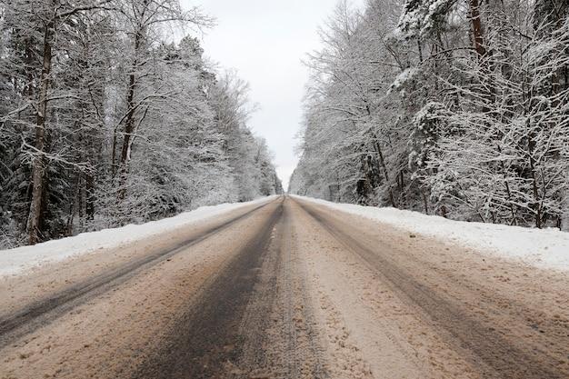Śnieg sfotografowany w sezonie zimowym, który pojawił się po opadach śniegu. zbliżenie,