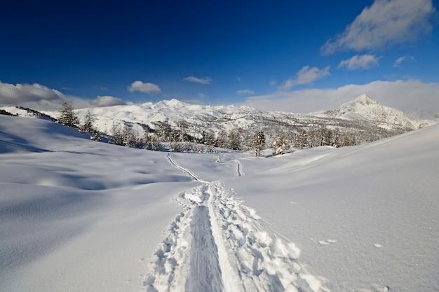 Śnieg w alpach w zimie, malowniczy krajobraz