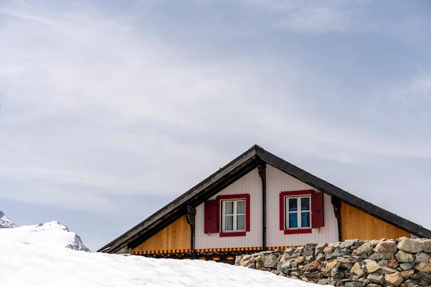Śnieg wokół schroniska górskiego w alpach szwajcarskich