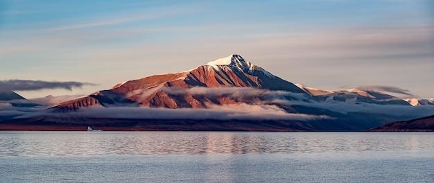 Śnieżna góra nad jeziorem, piękny krajobraz