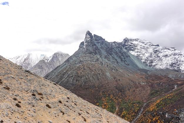 Śnieżna góra przy yading rezerwą krajową