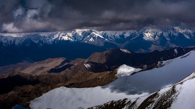 Śnieżna góra z niebieskim niebem od leh ladakh india.