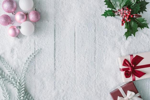 Śnieżna kompozycja świąteczna z dekoracjami i pudełkami na prezenty noworoczne. leżał na płasko. widok z góry.