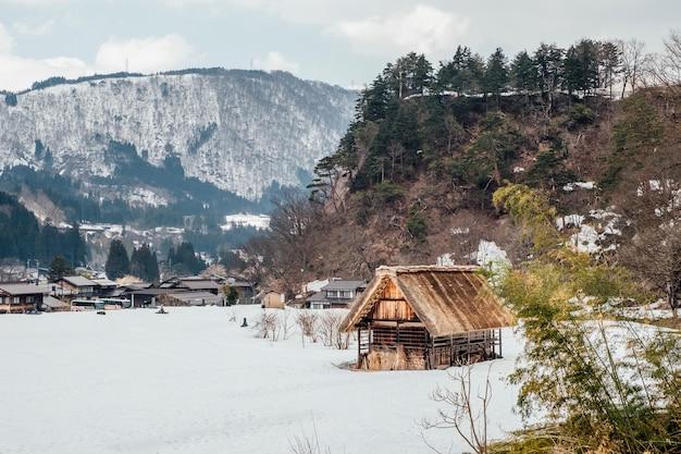 Śnieżna wioska w shirakawago, japonia