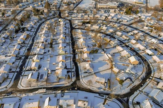 Śnieżna zima na ulicach mieszkalnych po śniegu małego miasteczka w zimowy krajobraz