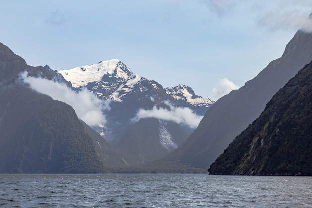 Śnieżne góry i krajobraz jeziora w nowej zelandii