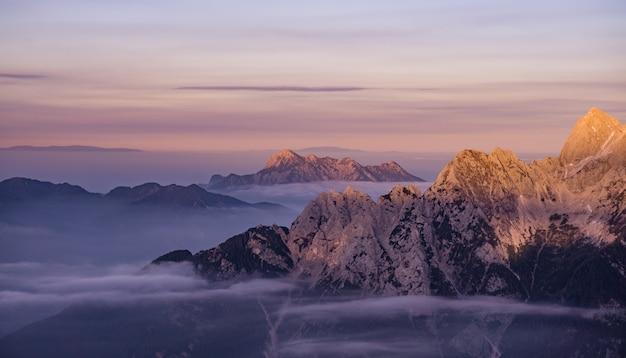 Śnieżne góry podczas wschodu słońca