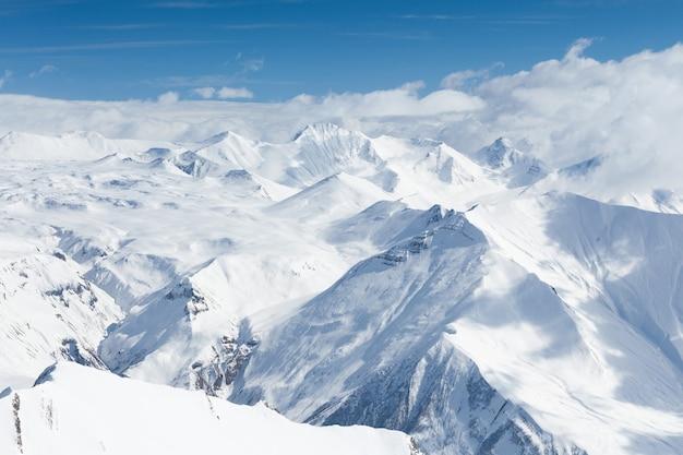 Śnieżne góry w gruzji, gudauri. widok z punktu widokowego