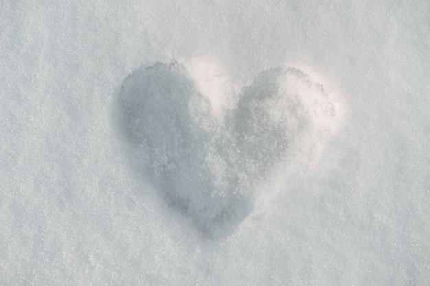 Śnieżne serce na zimowym śniegu