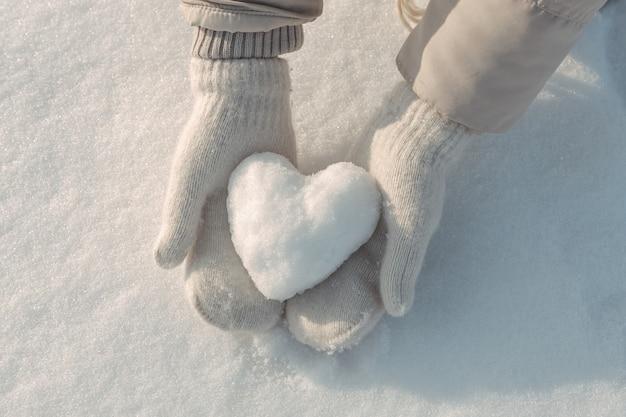 Śnieżne serce w rękach