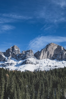 Śnieżne szczyty dolomitów.