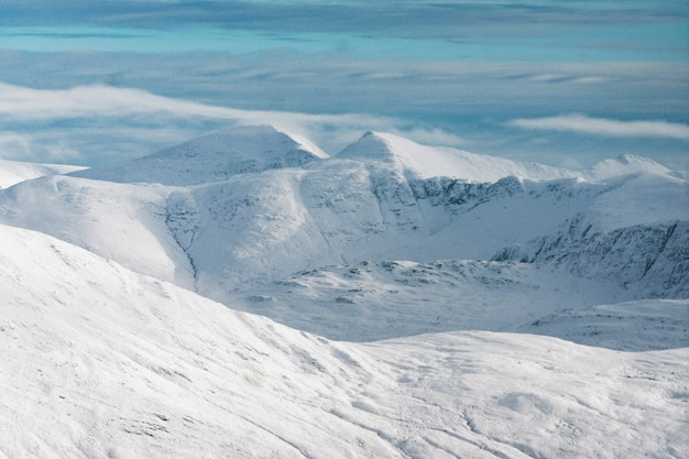 Śnieżne widoki na góry w zimie