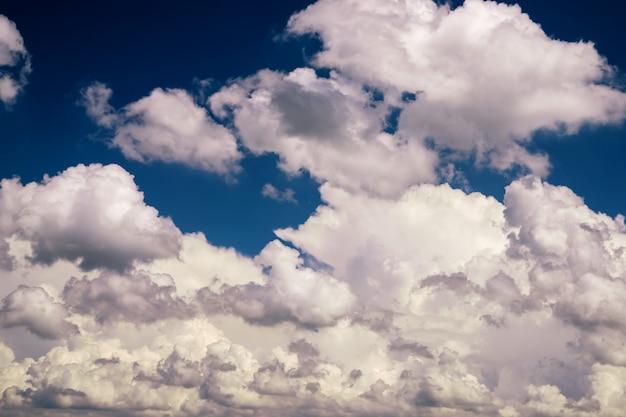 Śnieżnobiałe chmury cumulus na błękitnym niebie, czas letni