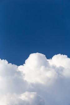 Śnieżnobiałe puszyste chmury na tle błękitnego nieba