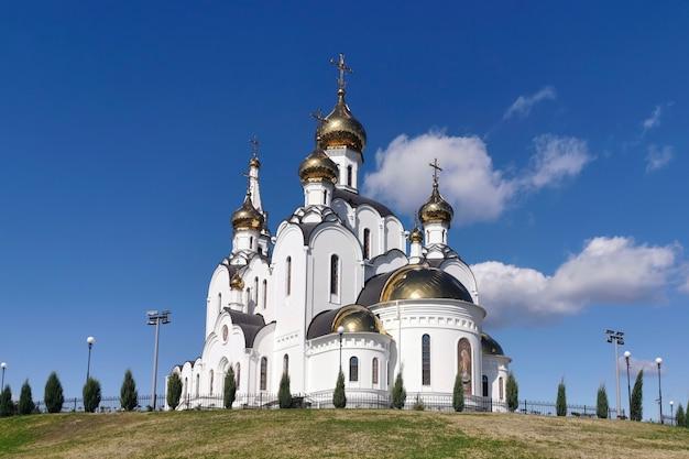 Śnieżnobiały kościół w dziewiczym klasztorze. ortodoksja w rosji
