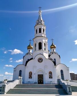 Śnieżnobiały kościół w klasztorze, wejście główne. ortodoksja w rosji