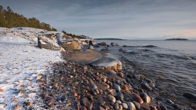 Śnieżny brzeg jeziora ładoga w zimie w karelii w rosji