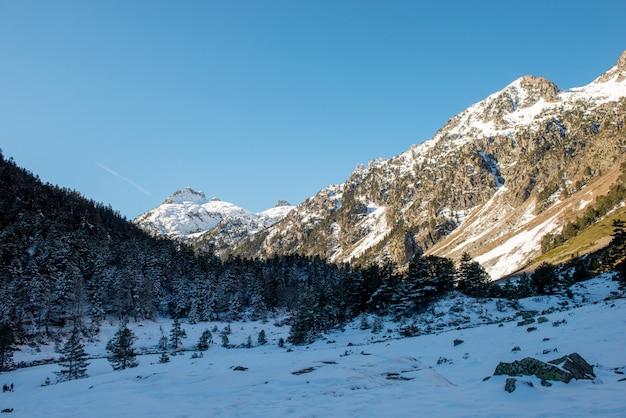 Śnieżny krajobraz w francuskich górach pyrenees